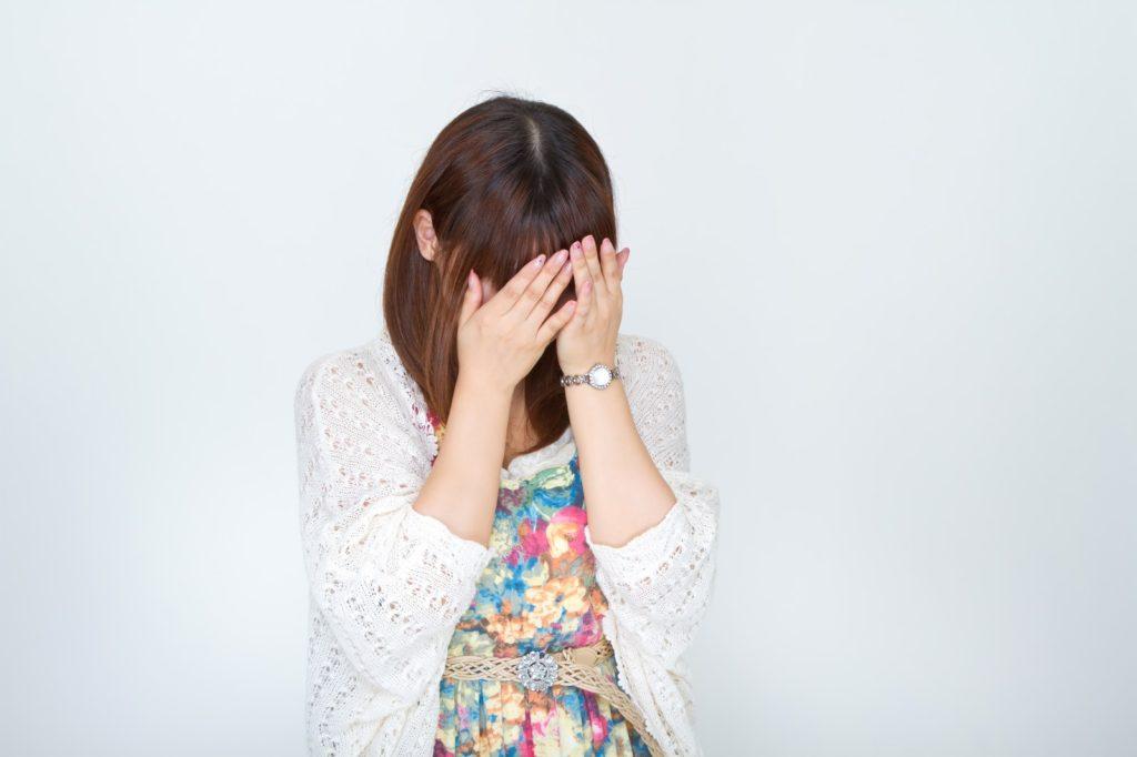 女性が泣いている