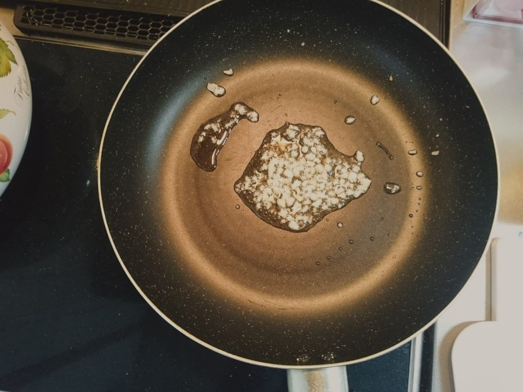 トマトクリームパスタの作り方①ニンニクをオリーブオイルで火入れする