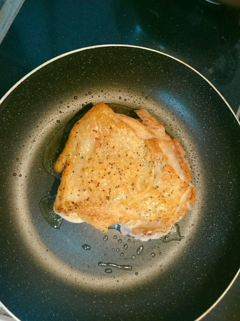 ②鳥モモ肉を皮目からガッツリと焼き上げて焼き目をつける