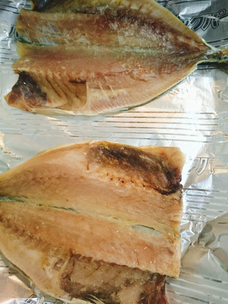 グリルで魚の干物を焼く写真