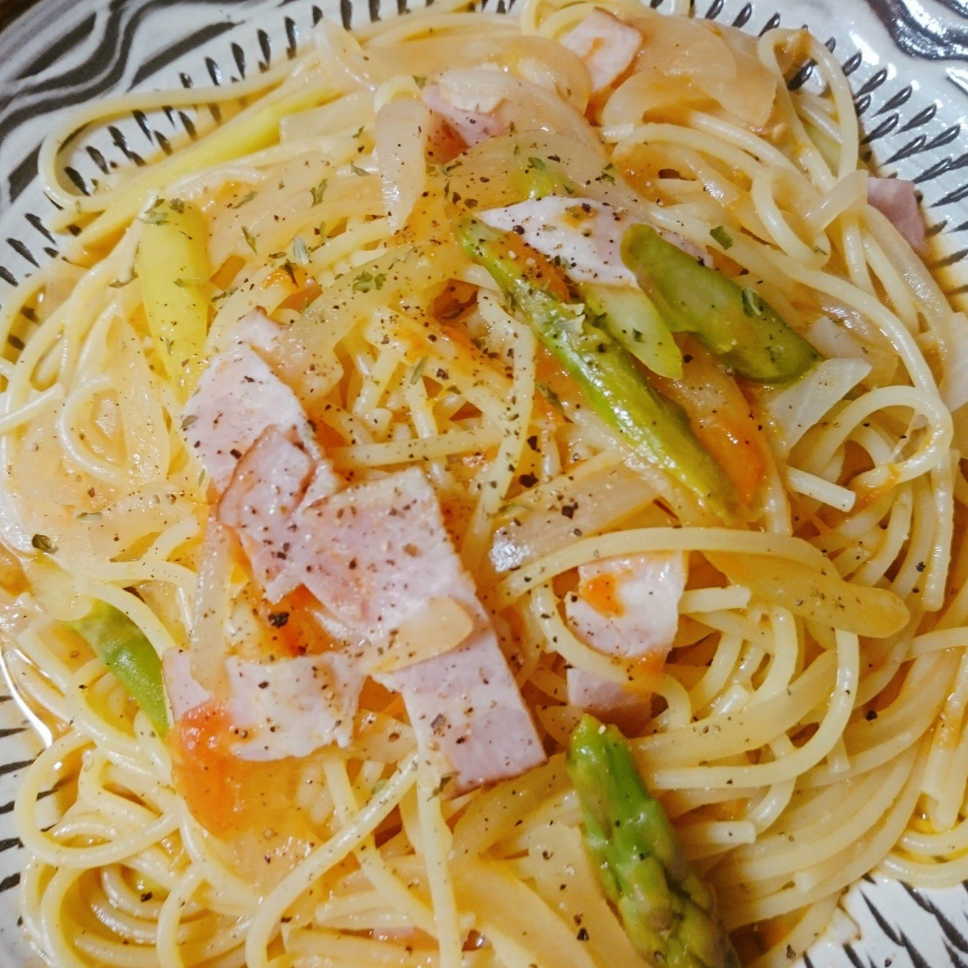 アスパラとベーコン、ニンニク、トマトを丸ごと使ったスープパスタ