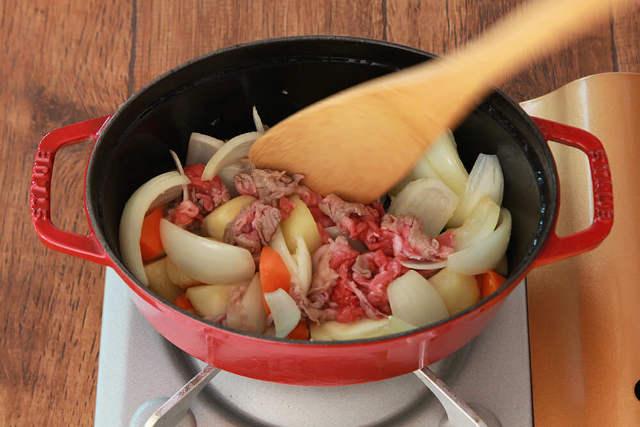 肉じゃがを作っている写真