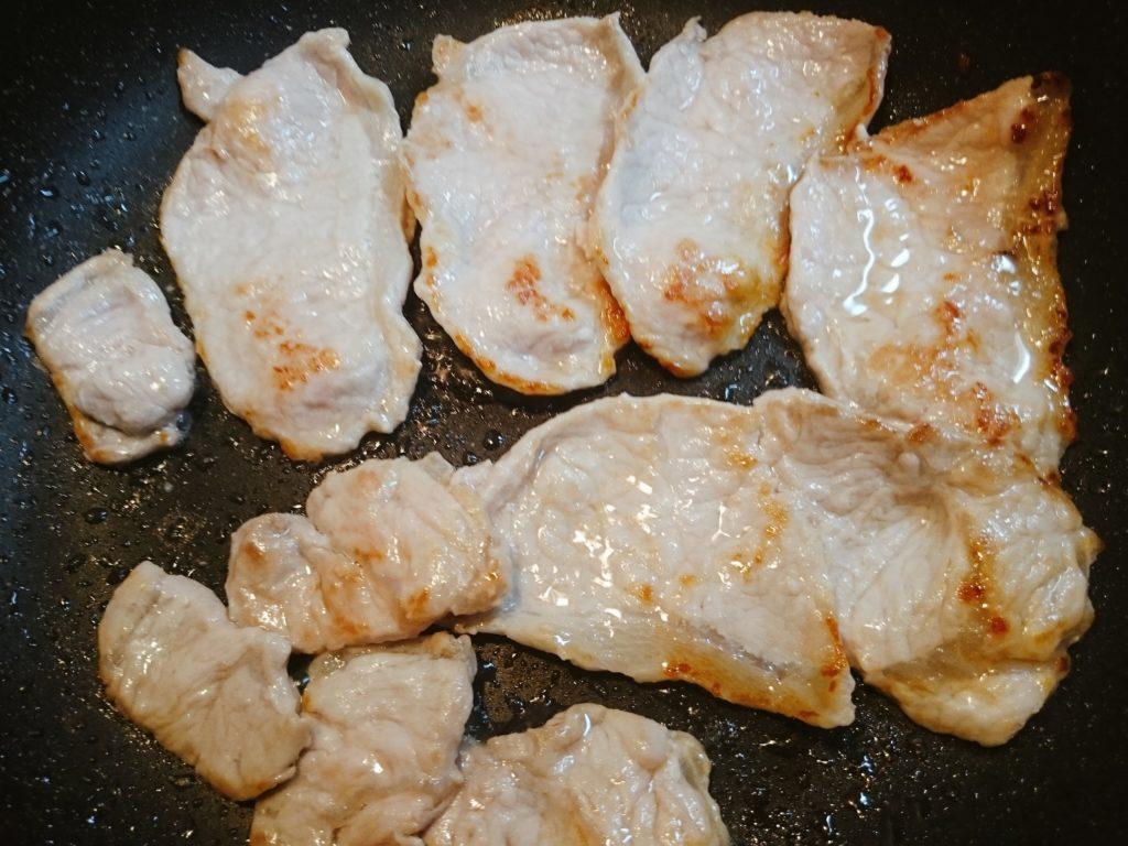 豚肉を焼いている写真