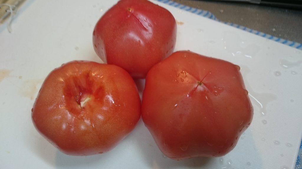 トマトのヘタをとりお尻に十字を入れておいた写真