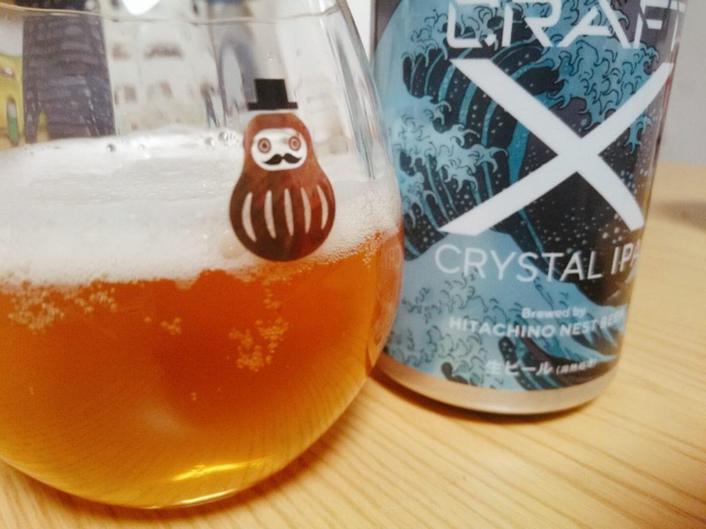 「CRAFT X」クリスタルIPAをグラスに注ぐ